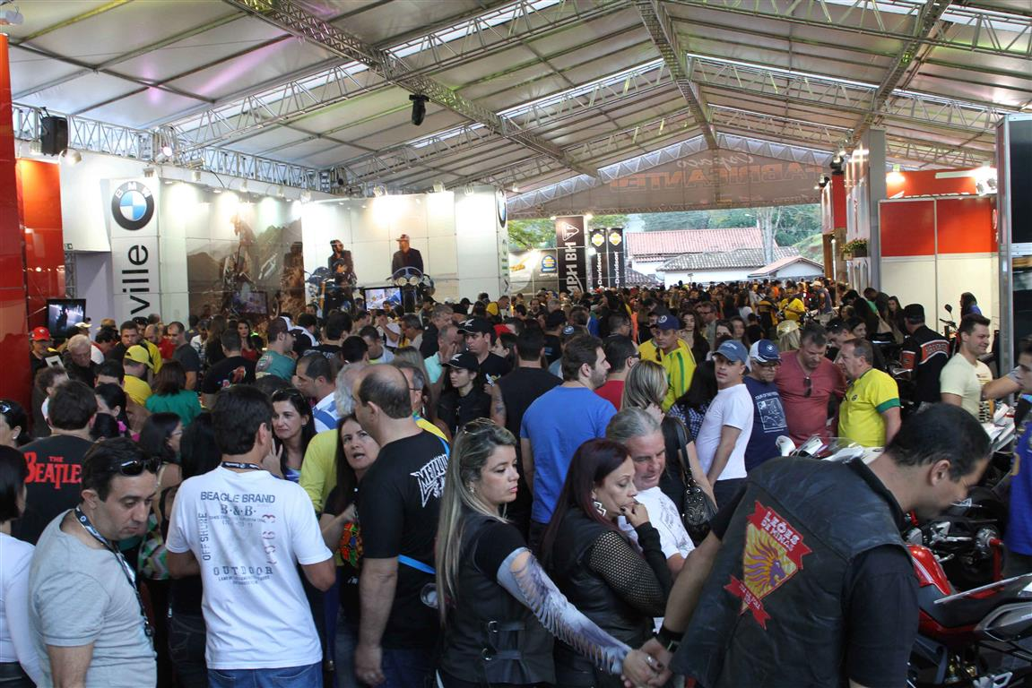 BikeFest Tiradentes 2015. Encontro de motociclistas em Tiradentes, MG. Movimento na tenda do evento