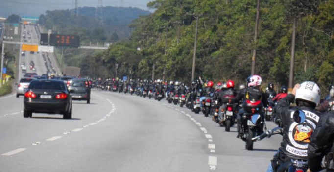 Grande descida do Litoral. Imagem do comboio de motos no evento de 2015