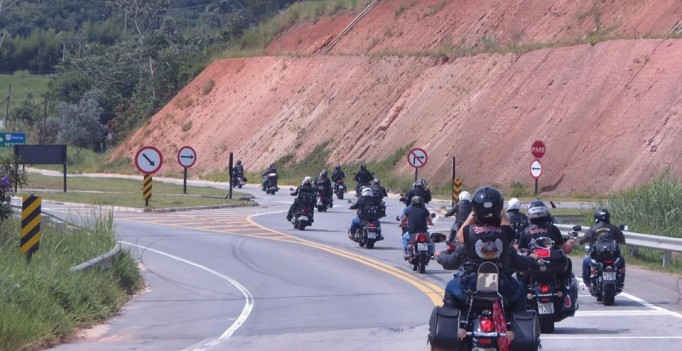 Motogrupo Brotherhood Angels durante passio de moto